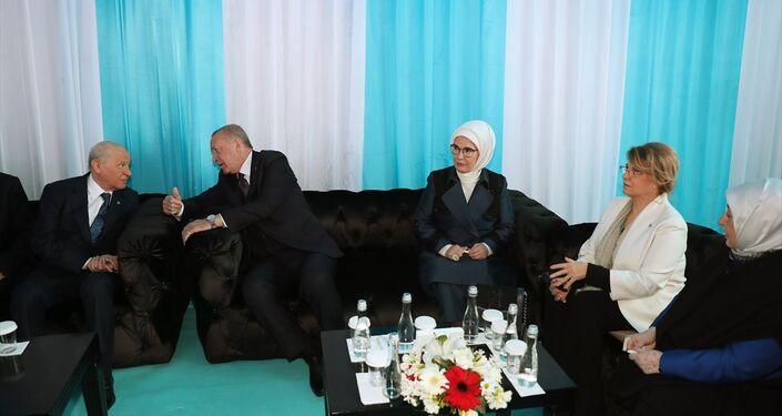 Cumhurbaşkanı Erdoğan ve MHP Genel Başkanı Bahçeli, program öncesi sohbet etti. Cumhurbaşkanı Erdoğan'ın eşi Emine Erdoğan (sağ 3), eski başbakanlardan Tansu Çiller (sağ 2) ile AK Parti İstanbul Büyükşehir Belediye Başkan Adayı Binali Yıldırım'ın eşi Semiha Yıldırım da (sağda) programda yer aldı.