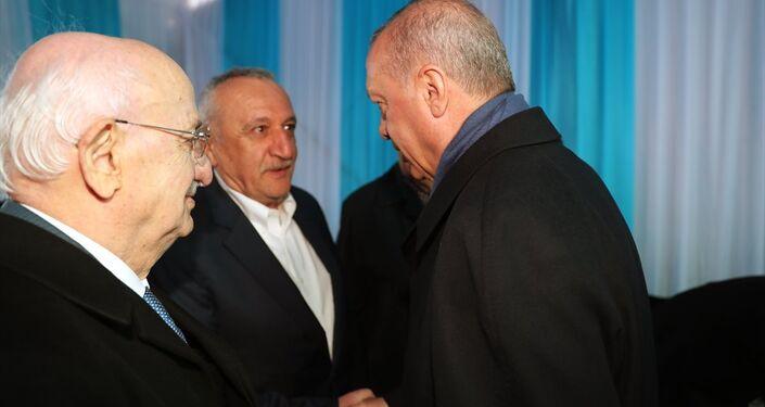 Cumhurbaşkanı Erdoğan, program öncesi eski TBMM Başkanı İsmail Kahraman (solda) ve eski İçişleri Bakanı Mehmet Ağar ile program öncesi sohbet etti.