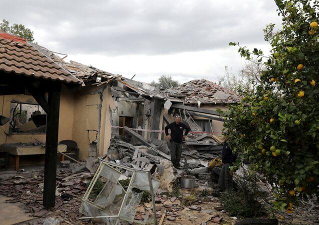İsrail'in başkenti Tel Aviv'in kuzeyinde bir eve roket isabet etti