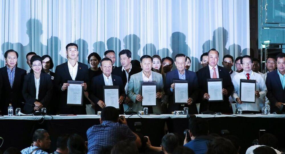 Pheu Thai'nin başbakan adayı Sudarat Keyuraphan, İleri Gelecek'in Başkanı Thanathorn Juangroongruangkit ve kurulan 'Demokratik Cephe' koalisyonun içinde alan diğer partilerinin liderleri
