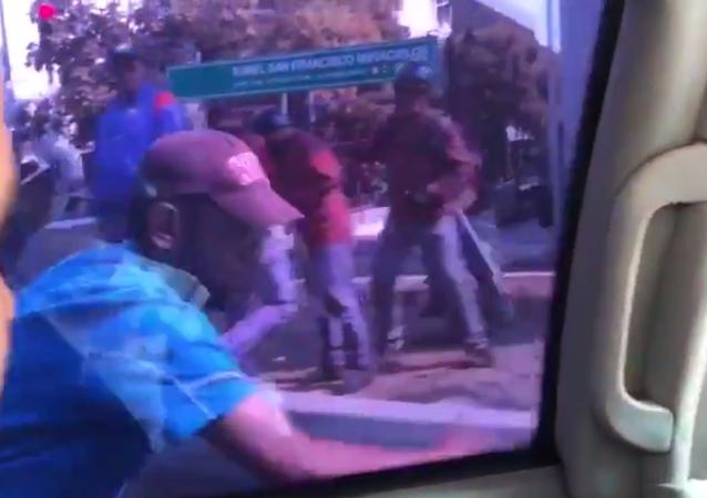 Guaido'nun konvoyuna saldırı