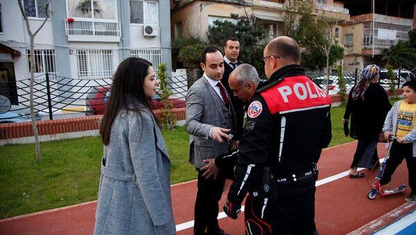 İskenderun ilçesinde bir genç, ricada bulunarak planına dahil ettiği yunus ekiplerince gözaltına alındığı sırada, kız arkadaşına sürpriz evlenme teklifinde bulundu - Sputnik Türkiye