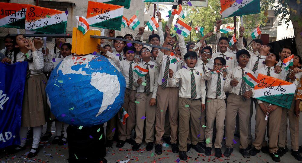 Hindistan'da öğrenciler, uydusavar füze ile alçak yörüngedeki uydunun vurulmasını kutluyor.