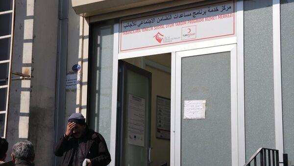 Türk Kızılayı'ndan, Gaziantep'te CHP'li aday Nesrin Tuncel tarafından 'Suriyelilere maaş dağıtıldığı' iddia edilen yerin, AB tarafından fonlanan Kızılaykart başvuru ve dağıtımlarının yapıldığı merkez olduğu belirtildi. - Sputnik Türkiye