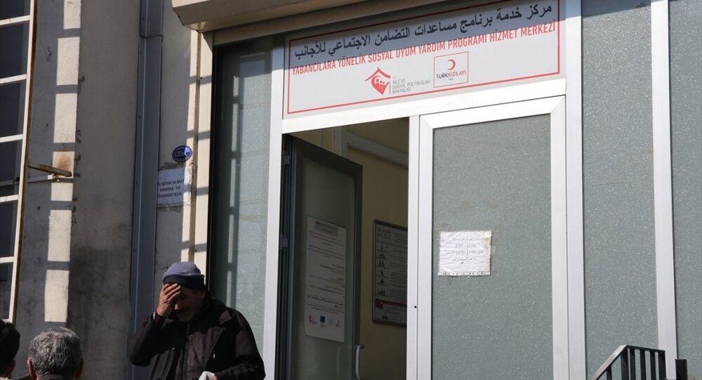 Türk Kızılayı'ndan, Gaziantep'te CHP'li aday Nesrin Tuncel tarafından 'Suriyelilere maaş dağıtıldığı' iddia edilen yerin, AB tarafından fonlanan Kızılaykart başvuru ve dağıtımlarının yapıldığı merkez olduğu belirtildi.