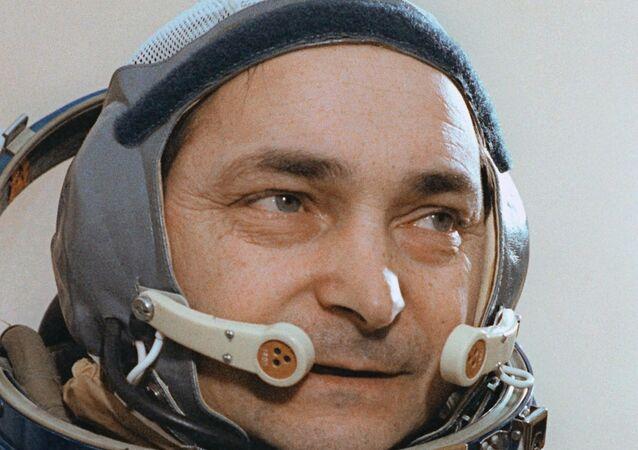 Uzayda tek başına en uzun süre kalma rekorunun sahibi Rus kozmonot Valeriy Bıkovskiy