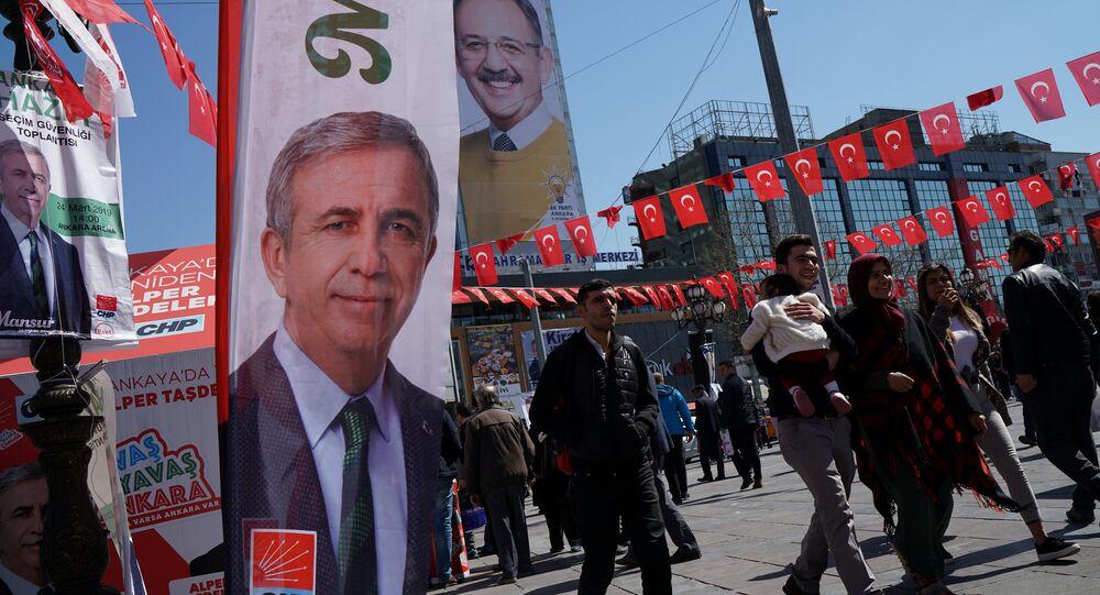 Ankaralılar, 31 Mart yerel seçimlerinin CHP'li adayı Mansur Yavaş ve AK Partili adayı Mehmet Özhaseki'nin afişleri arasında dolaşıyor.