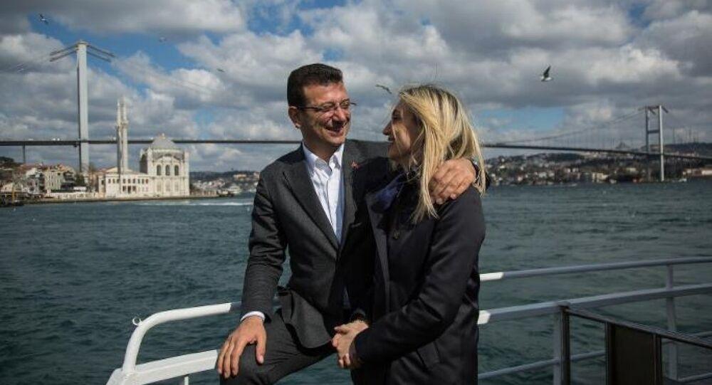 Ekrem İmamoğlu, Dilek İmamoğlu ile birlikte tekne turu yaptı.