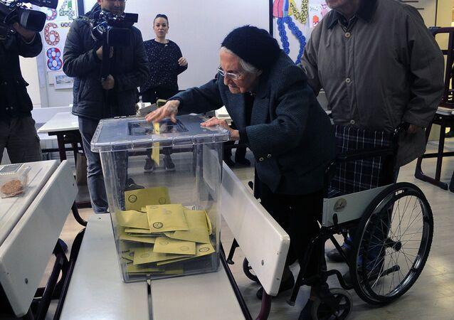 93 yaşında oy kullandı