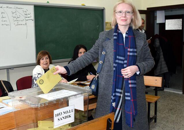 Antalya'nın Alanya ilçesi bağımsız belediye başkan adayı Rus asıllı Anastasia Petrova Çetinkaya, oyunu kullandı.