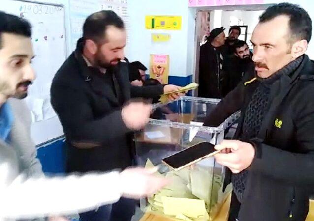 Kars'ta bir kişi, oy kullanırken cep telefonunu seçim sandığına düşürdü