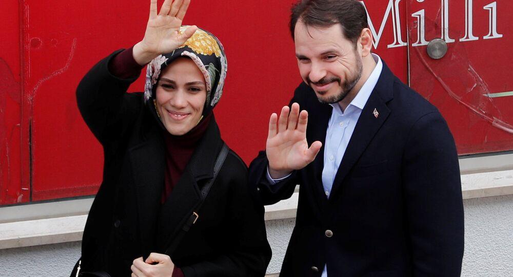 Hazine ve Maliye Bakanı Berat Albayrak ve eşi Esra Albayrak, seçim için oy kullandı