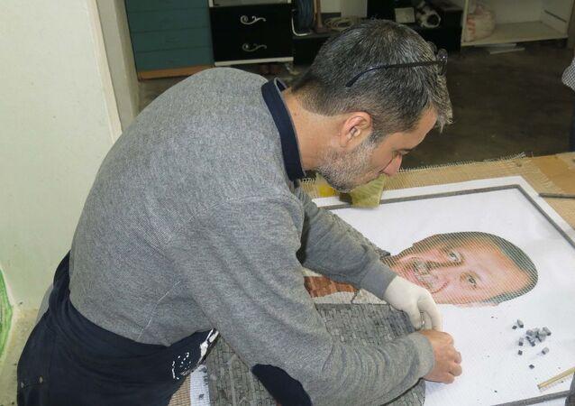 Çobanoğlu ile Demir, yaklaşık 1 ayda tamamlamayı planladıkları mozaik tabloyu Erdoğan'a hediye etmek istediklerini söyledi.