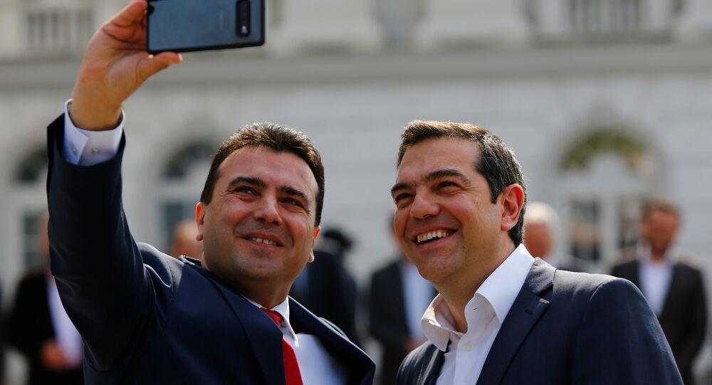 Aleksis Çipras (sağda), 'tarihi' diye nitelediği Üsküp' ziyaretinde Zoran Zaev ile selfie çektirirken