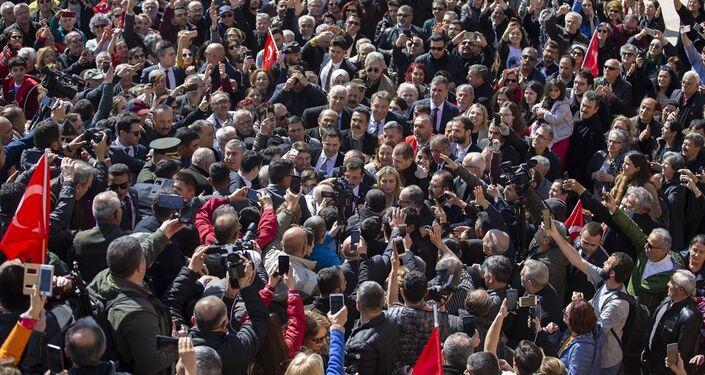 Anıtkabir'i ziyaret eden İmamoğlu'nu çok sayıda gazeteci ve yüzlerce vatandaş karşıladı.