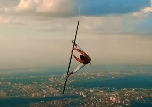 1500 metre yükseklikte güvenliksiz direk dansı gösterisi