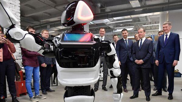 Promobot, Perm'deki bir teknoloji parkını ziyaret eden Medvedev'i karşıladı. - Sputnik Türkiye