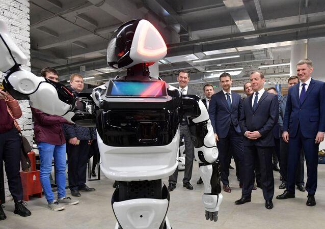Promobot, Perm'deki bir teknoloji parkını ziyaret eden Medvedev'i karşıladı.