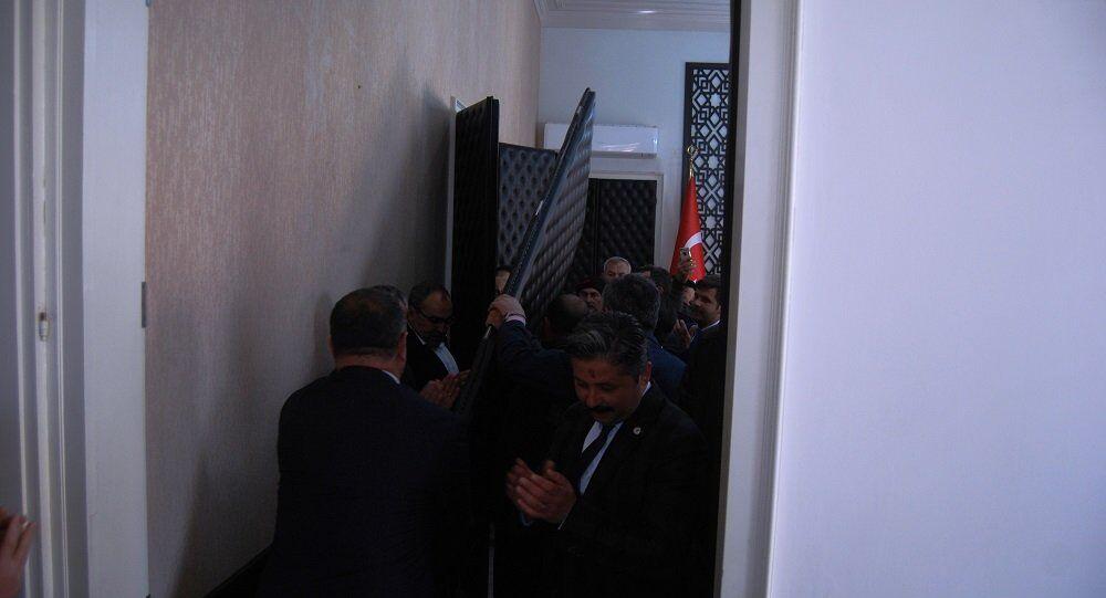 CHP'li Mert Uygun, makam odasının kapısını söktürdü