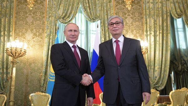 Kazakistan'ın yeni Devlet Başkanı Kasım Cömert Tokayev ile Rusya Devlet Başkanı Vladimir Putin - Sputnik Türkiye