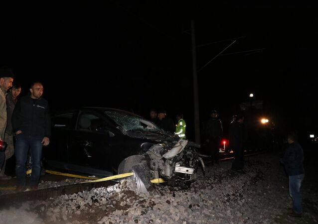Hemzemin geçitte istop eden otomobile tren çarptı