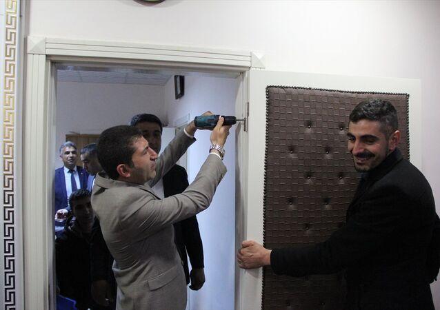 Sivas'ta Zara Belediye Başkanlığına seçilen MHP'li Fatih Çelik, makam odasının kapısını söktü.