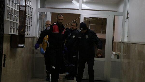 Niğde'de Iraklı bir aile içinde başlayan kavgada bir kişi kız kardeşini öldürdü, anne ve babasını yaraladı. Olay yerinde polis ve sağlık ekibi sevk edildi. - Sputnik Türkiye