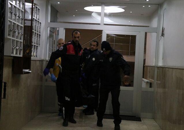 Niğde'de Iraklı bir aile içinde başlayan kavgada bir kişi kız kardeşini öldürdü, anne ve babasını yaraladı. Olay yerinde polis ve sağlık ekibi sevk edildi.