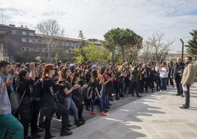 Ankara Üniversitesi Veteriner Fakültesi'nden bir grup öğrenci, özel bir hayvan hastanesinde darbettiği veterinere cinsel istismarda bulunduğu öne sürülen profesörü protesto etti.