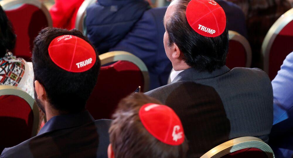 ABD Başkanı Donald Trump'ın Las Vegas'taki Cumhuriyetçi Yahudi Koalisyonu toplantısına hitabını dinlemeye gelenler arasında Yahudilerin dini takkesi kippayı Trump yazısı işlenmiş halde giyenler de vardı.