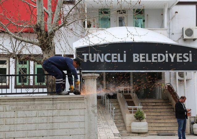 Tunceli Belediyesi önündeki çevre duvarı, yeni seçilen ve komünist başkan olarak bilinen Fatih Mehmet Maçoğlu tarafından yıktırıldı.