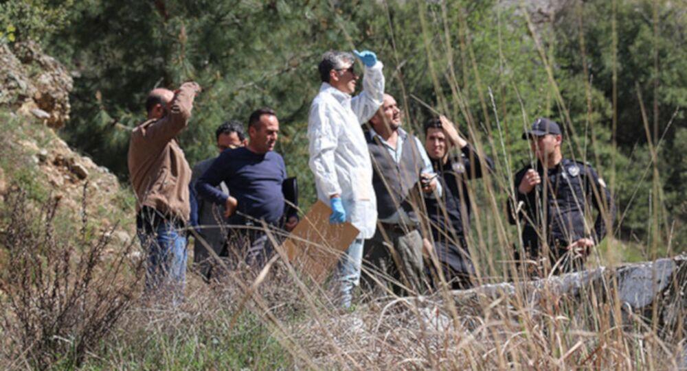 Denizli'nin Pamukkale ilçesinde, doğa yürüyüşüne çıktığı dağlık alanda, arkadaşıyla 'FaceTime' adlı uygulama üzerinden görüntülü konuşma yaparken yaklaşık 80 metre yükseklikten uçuruma düşen Ece Türkoğlu (14), yaşamını yitirdi.