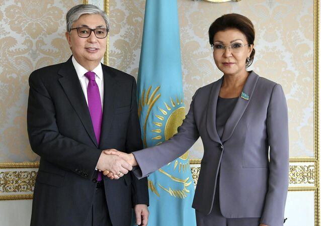 Kazakistan'ın ilk Devlet Başkanı Nursultan Nazarbayev'in kızı ve Kazakistan Senatosu Başkanı Dariga Nazarbayeva ile devlet başkanlığı görevini devralan Kasım Cömert Tokayev