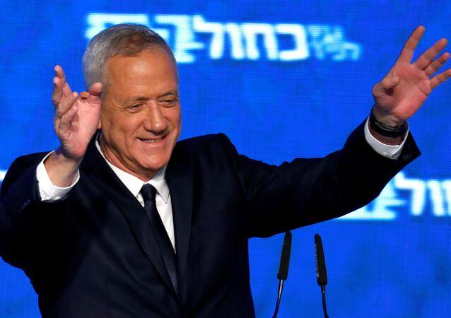 Gantz ve Lapid'in seçimi kazanması halinde başbakanlık görevini 5 yıllık dönemde yarı yarıya bölüşeceği belirtiliyor.