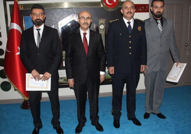 Adana'da torbacılık yaptığı ileri sürülen zanlıları hareket halindeki otomobilin üst kısmına asılarak, diğeri de lastiklere ateş ederek etkisiz hale getiren polislere Adana Valisi Mahmut Demirtaş başarı belgesi verdi.