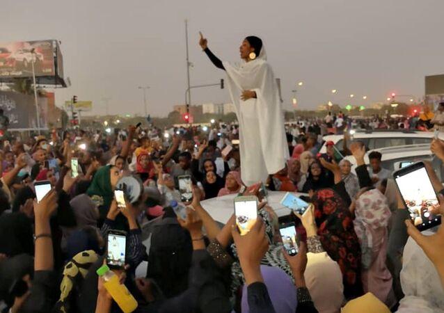 Hartum'daki Ömer Beşir'e karşı protestoların simgesi haline gelen Sudanlı kadın fotoğrafı