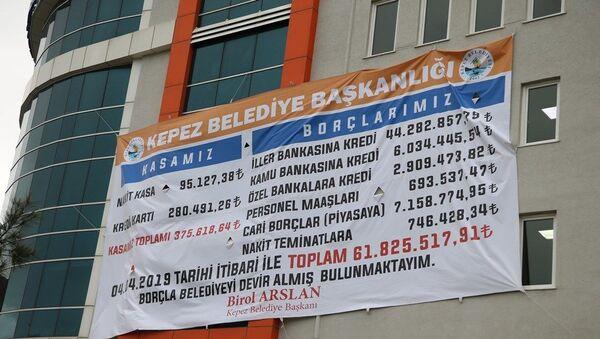 Çanakkale'de Kepez Belediyesi'nin yeni başkanı CHP'li Birol Arslan, görevi ne kadar borçla aldığını belediye binasına dev afiş astırdı. - Sputnik Türkiye