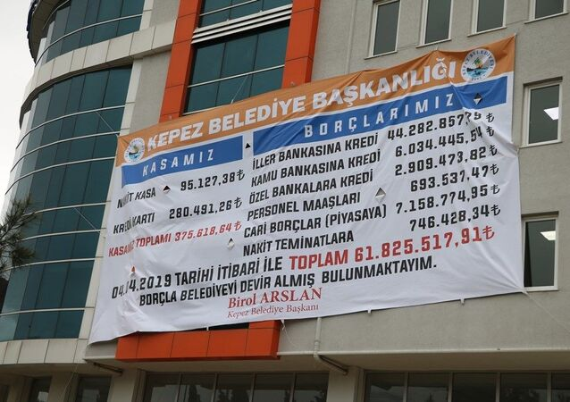 Çanakkale'de Kepez Belediyesi'nin yeni başkanı CHP'li Birol Arslan, görevi ne kadar borçla aldığını belediye binasına dev afiş astırdı.