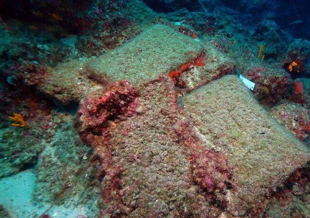 Antalya'nın batısında 50 metre derinlikte keşfedilen 3 bin 600 yıllık batığın taşıdığı yük açısından da çok önemli olduğu ifade eden Doç. Dr. Öniz, sözlerini şöyle sürdürdü: