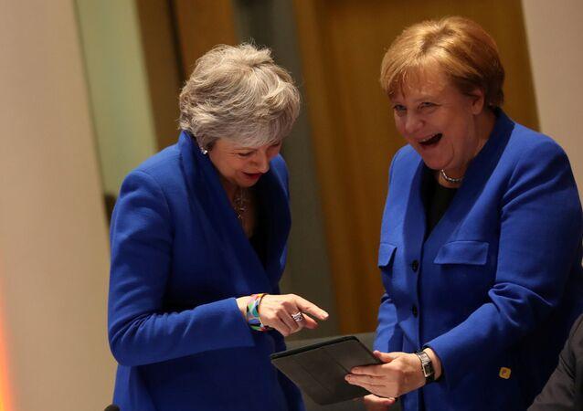 AB'nin 10 Nisan 2019'daki Brexit zirvesinde Merkel ile May iPad'e bakıp kahkahaları koyverirken...