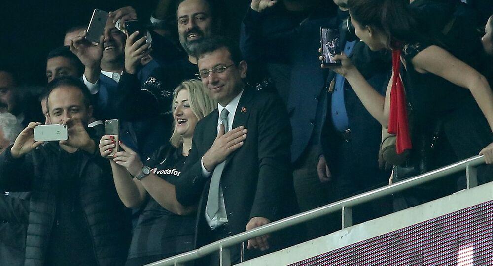 Ekrem İmamoğlu (sağda) maçı Beşiktaş Kulübü Başkanı Fikret Orman (solda) ile izledi.