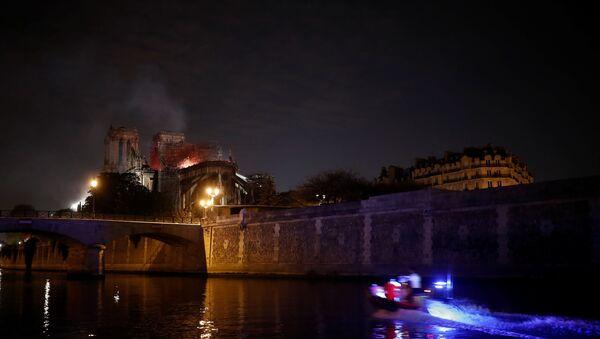 Paris'teki Notre Dame Katedrali'nde çıkan yangın yaklaşık 8.5 saat sonra söndürüldü - Sputnik Türkiye