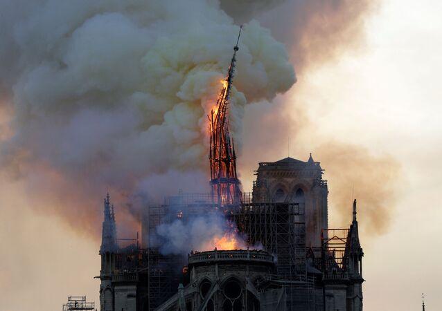 Paris'teki tarihi Notre Dame Katedrali'nin ünlü kulesi çıkan yangında çöktü.
