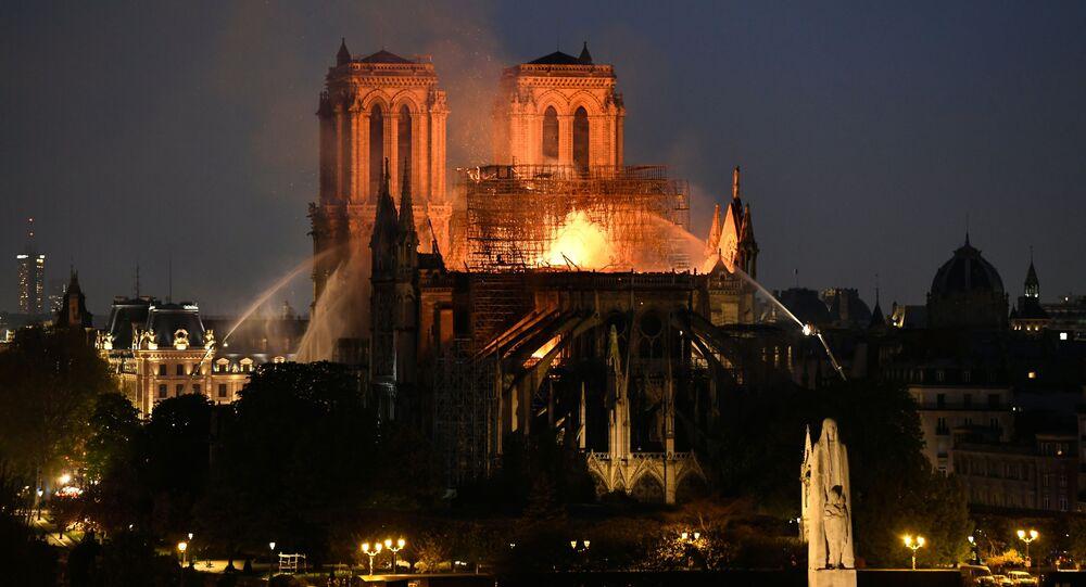 Paris'teki tarihi Notre Dame Katedrali'nde çıkan yangın dokuz saatte söndürülebildi.