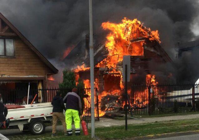 Şili'nin güneyinde küçük uçağın bir evin üzerine düşmesi sonucu 6 kişi öldü.