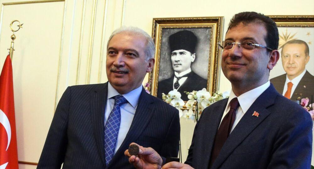 31 Mart Mahalli İdareler Genel Seçimlerinde İstanbul Büyükşehir Belediye Başkanı seçilen CHP adayı Ekrem İmamoğlu (sağda), İstanbul Büyükşehir Belediyesi'nin Saraçhane'deki binasında görevi Mevlüt Uysal'dan (solda) devraldı.
