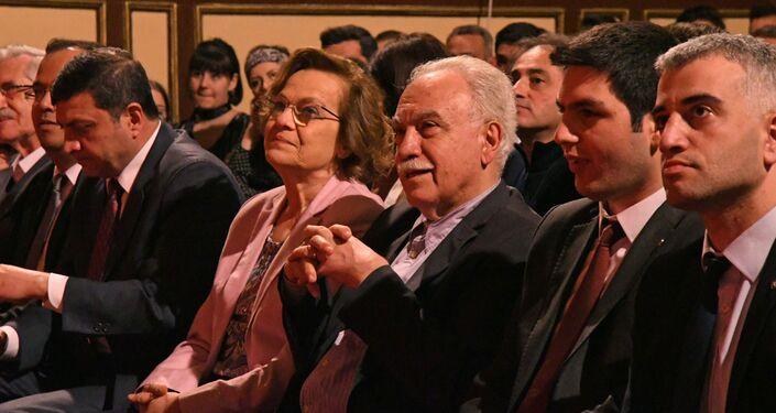 Vatan Partisi Genel Başkanı Doğu Perinçek, Vatan Partisi Genel Başkan Yardımcısı Şule Perinçek ve parti üyeleri Öncü Gençlik'in 25. yıl töreninde