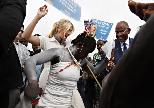 Ivanka Trump Fildişi Sahili'ni ziyaretinde kendisini kraliçeler gibi karşılayan kadınlarla birlikte dans etti.