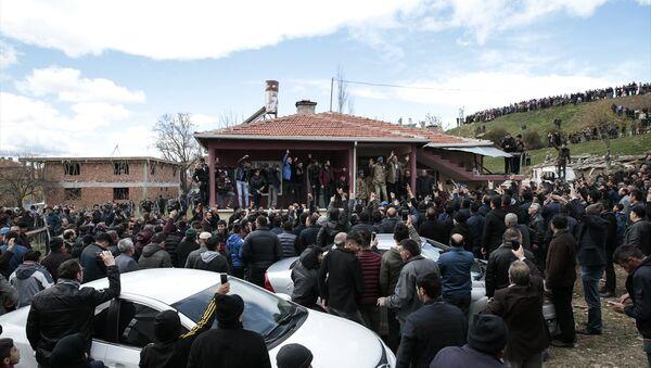 Emniyet Genel Müdürü Celal Uzunkaya ve köyün ileri gelenleri de ellerindeki megafonlarla gruptakileri sakinleştirmeye çalıştı. - Sputnik Türkiye