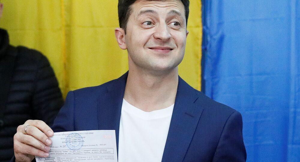 Komedyen Zelenskiy'nin oy pusulasını gazetecilere göstererek poz vermesi sorun yarattı.
